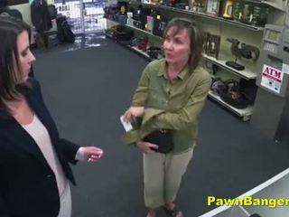 Cheeky winkel owner bangs customer's poesje