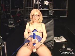 Nina hartley pleasures suo cookie con questo sesso tool