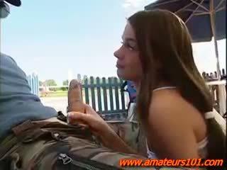 Pilote avec une sexy jeune sur airport