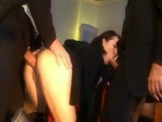 שובבי תלמידת בית ספר מוענש עם a זין ב שלה תחת ו - פה