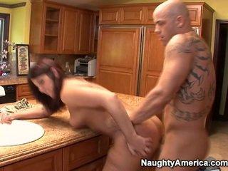 Ikäinen has thang onto keittiö counter