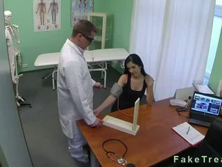 Temno haired bejba zajebal v fake bolnišnica