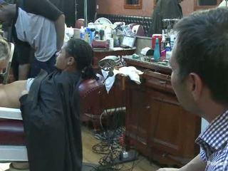 少し barbershop の 娼婦 a 剃る と a haircut two ティッツ