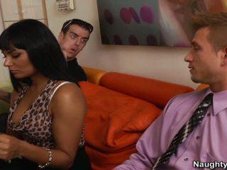 Krūtainas brunete gobbles un bangs fellow applicant