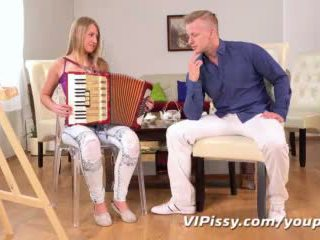 Blond teen plays mit piss vor getting anal gefickt