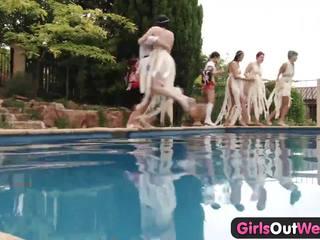 Meisjes uit west - lesbisch zwembad orgie