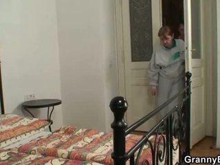 Injured бабичка takes негов възбуден хуй