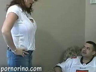 Fierbinte milf mama sugand și stroking fiu pentru sperma