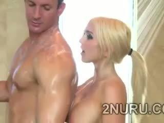 Besar stacked blondie seduces hunky perv dalam yang mandi