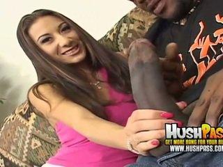 हॉट चिक gets एक बड़ा ब्लॅक डिक में उसकी गुलाबी पुसी