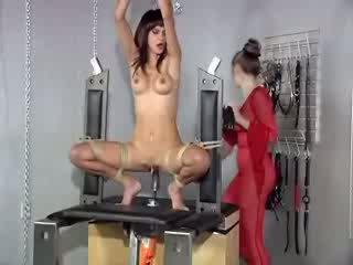 Ielasmeita gets spanked par jāšanās mashine