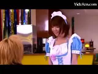 Jong serveerster in uniform kussen zuigen customers lul in de cafe