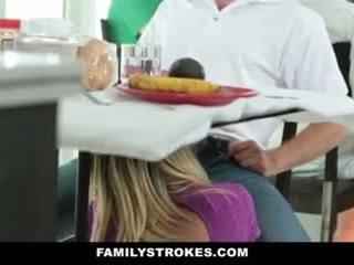 Familj strokes- step-mom teases och fucks step-son