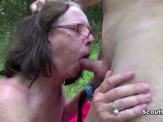 18yr vecs puika jāšanās 61yr vecs matainas vecmāmiņa uz pakaļa uz publisks