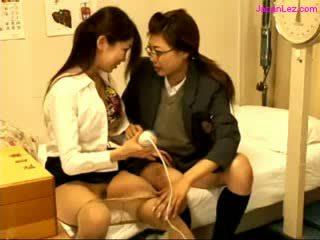Ученичка и лекар stimulating женчовци с вибратор на на легло в на schoolhospital