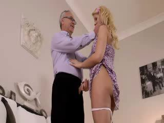 Super nxehtë blondie vërtet gets duke thithur për i vjetër jim në një kolltuk