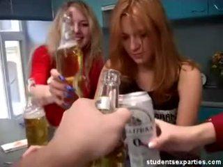 מציאות, שנתי העשרה של, בנות מסיבה