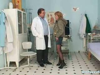 Dun milf gyno clinic onderzoek door kinky dokter
