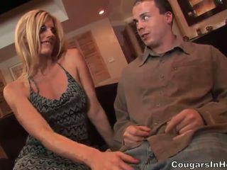 Slutty blond hoe gives fantastisk blowjob