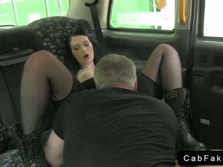 Britisk emo babe knulling i fake taxi