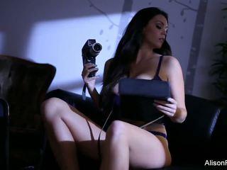 Alison strips af haar purple lingerie naar spelen met.