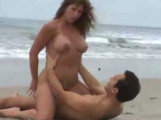 Rica morena tetuda, calenturienta seksuell en la playa