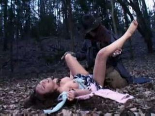 Wanita ravished oleh sebuah zombi
