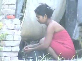 Indiai falu lány fürdés outdoors