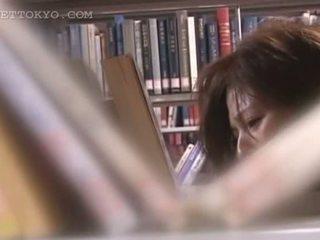 Tempting aziýaly cutie künti teased ýubkasyny jyklamak in the library