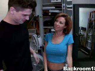 Veronica avluv geneukt in achterkamer