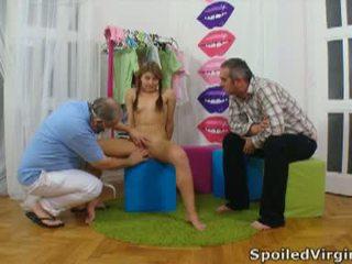 Spoiled virgins: nga cô gái has cô ấy trẻ virgin âm hộ checked.