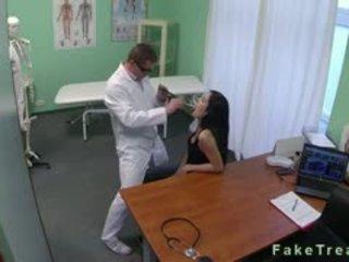 Donker haired babe geneukt door dokter in fake ziekenhuis