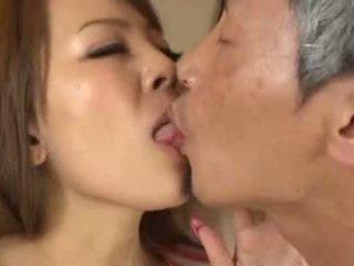 Rondborstig aziatisch having an oud man zuigen haar borsten