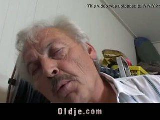 Sexy kort haired student zuigen grootvader piemel