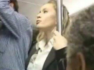 Tyttö molested sisään the bussi