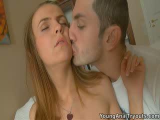 Kneeled bé has một tinh ranh trong cô ấy miệng.