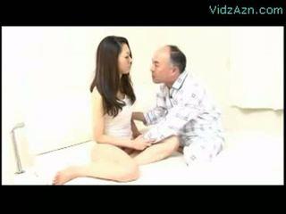 Aziatisch meisje getting haar tepels sucked poesje fingered door oud