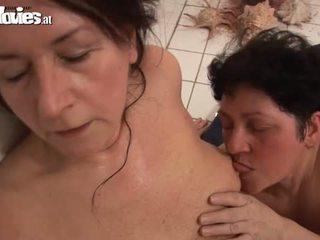 Vecmāmiņa lesbiete trijatā jāšanās session