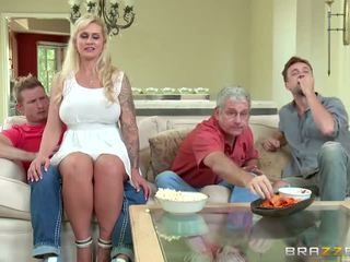 Brazzers - 繼母 takes 一些 年輕 公雞 - 色情 視頻 451