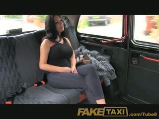 Faketaxi عرض فتاة مع كبير الثدي fucks إلى نقد