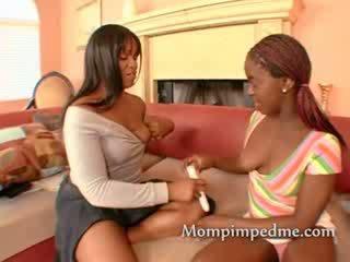 Ebony babe finds een speelbal in de zitbank maar ze doesnt weten hoe naar gebruik het