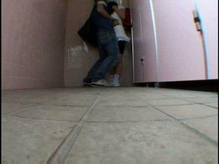 Joven adolescente molested en schooltoilet