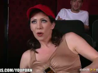 Brazzers - netīras mammīte rayveness masturbates uz theater