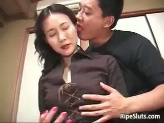 화려한 성숙한 아시아의 암캐 sucks part2