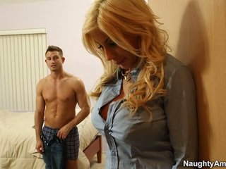 Grande titted loira puma swede finds conforto em companion boyfriends meat vara