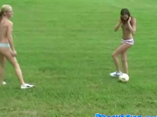 Naakt lesbiennes spelen voetbal