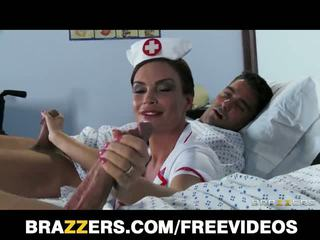 Brazzers network: verpleegster diamond foxx gives patients extra helpen