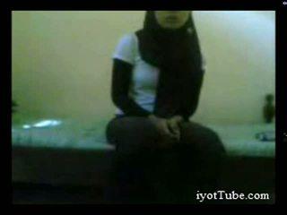 Muslim pusaudze studente pie kopmītnes daļa 1