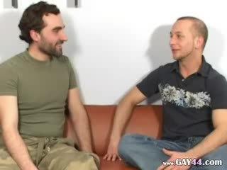 Pieauguša homo loceklis suckers par the dīvāns
