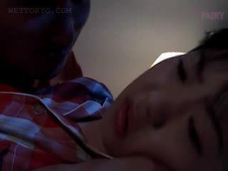 فتاة الآسيوية gets مهبل teased في undies في لها نوم